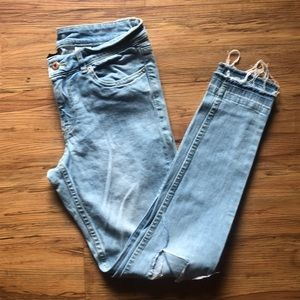 Skinny busted knee jeans